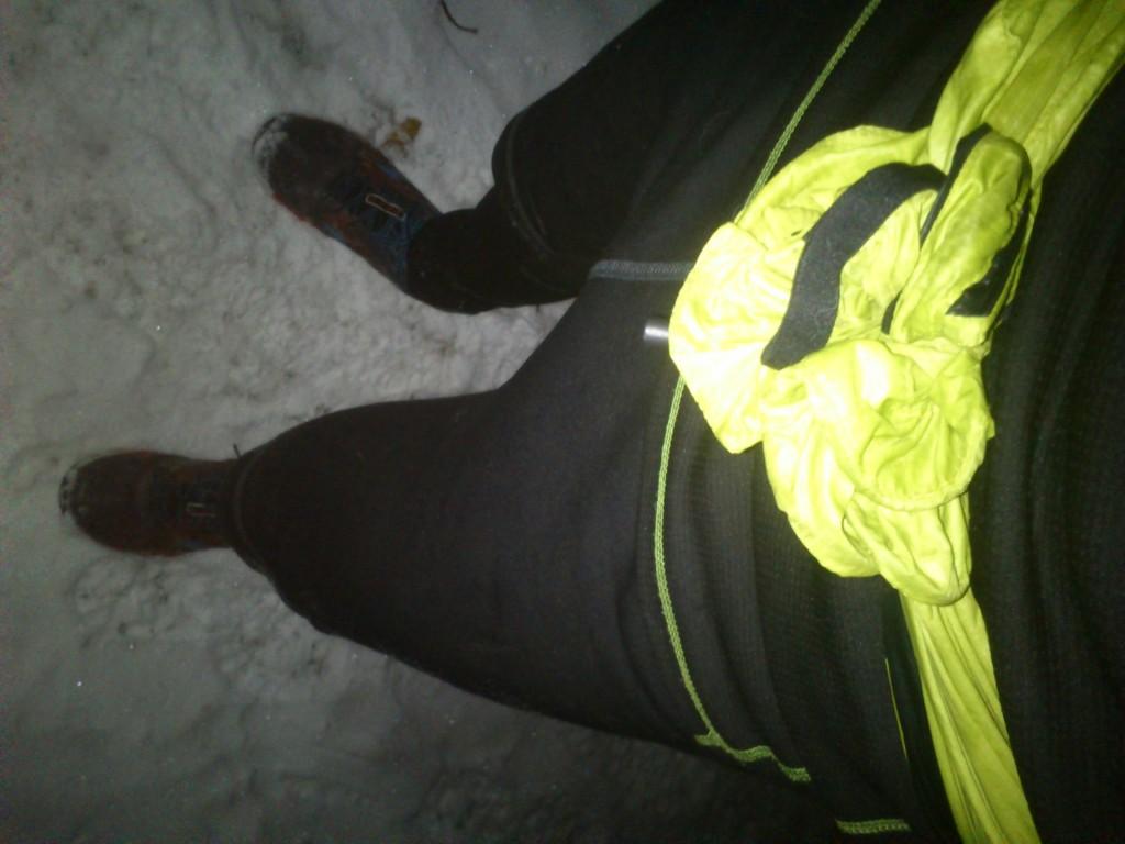 tenisky, elasťaky, fukerka okolo pásu. tričko, bufka a čelovka. Toto je tiež zimná bežecká výbava