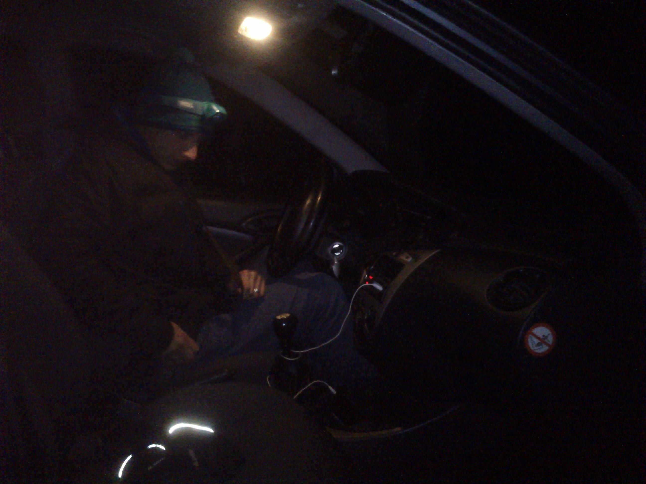 Stupo  ma zachraňuje večer a nakladá ma do auta