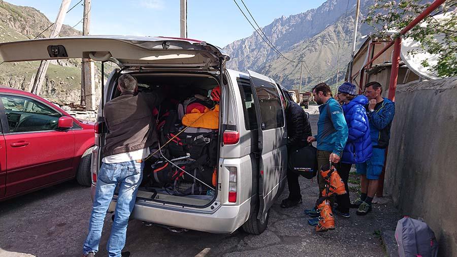 Odchádzame z Gruzínska smer Azau v Rusku rovno pod Elbrusom/ kaukaz