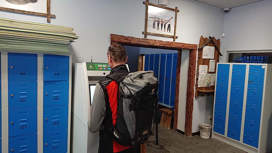 Bankomat umiestnený hneď vedľa lanovky v oputdoor shope