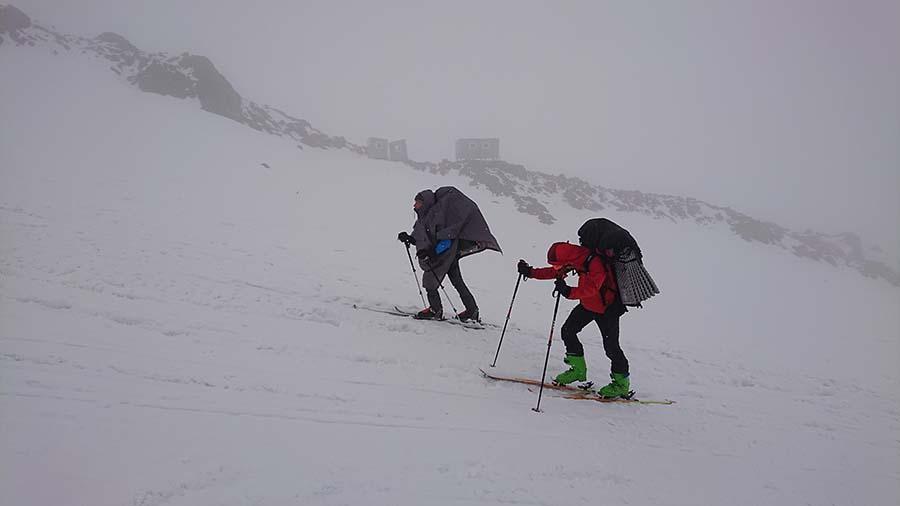 Chalani šlapú na skialpoch smerom na Maria Shelter pod Elbrusom