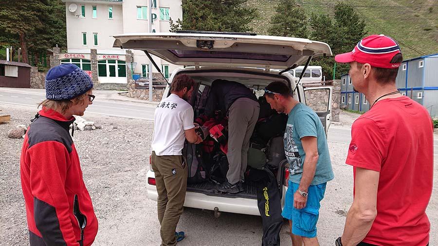 Balíme sa pred hotelom Alpina smer Minerálne Vody