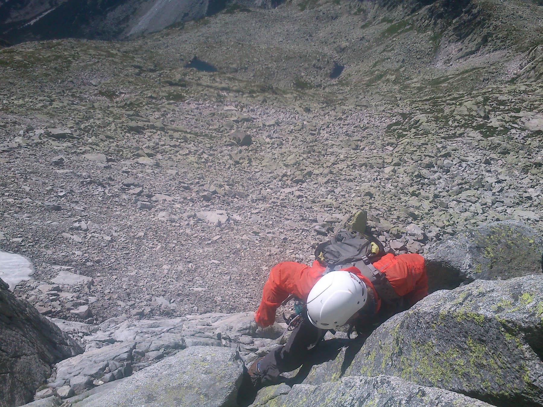 Petrík lezie k nástupu pod stenu