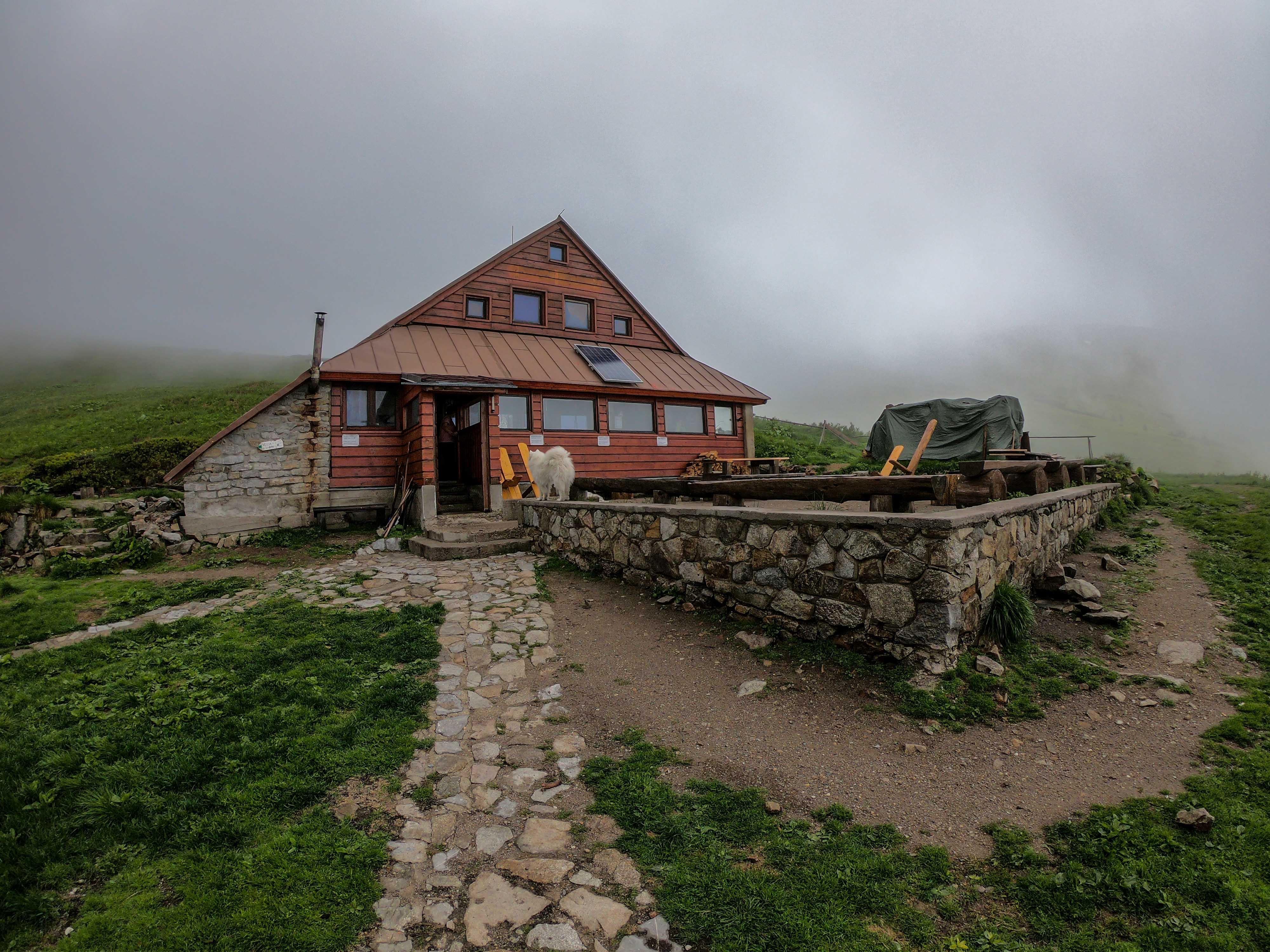 Hrebeňovka Nízkych Tatier Útulňa Ďurková v rannej hmle čakajúc na ďalšiu búrku