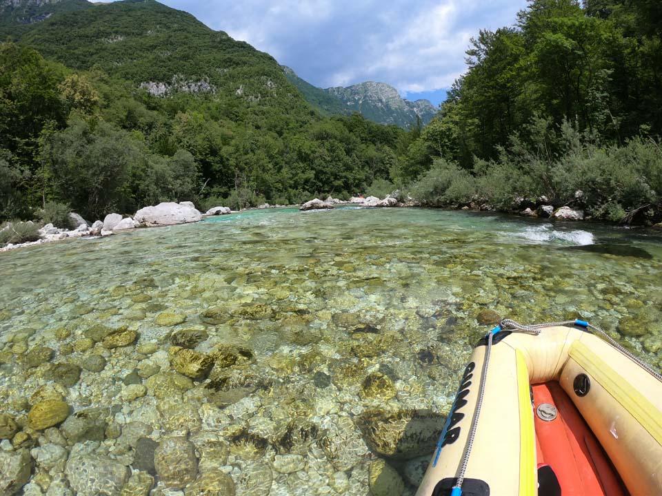 Miestami bolo málo vody a kanoe sa nám o kamene zachytávalo