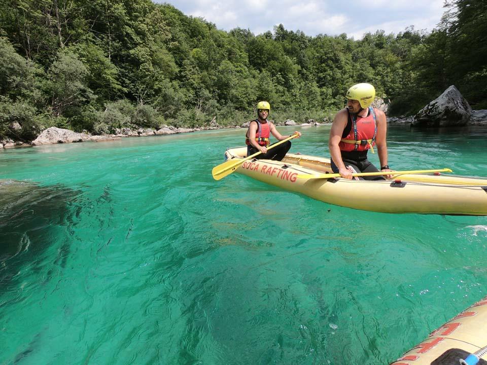 Nádherne čistá tyrkysová voda v rieke Soča