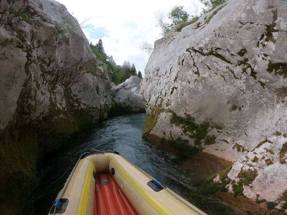 Úzky kaňon na začiatku plavby po rieke Koritnica