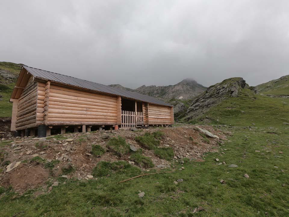Chatky domácich Najvyšší vrch Kosova - Djeravica 2656 m.