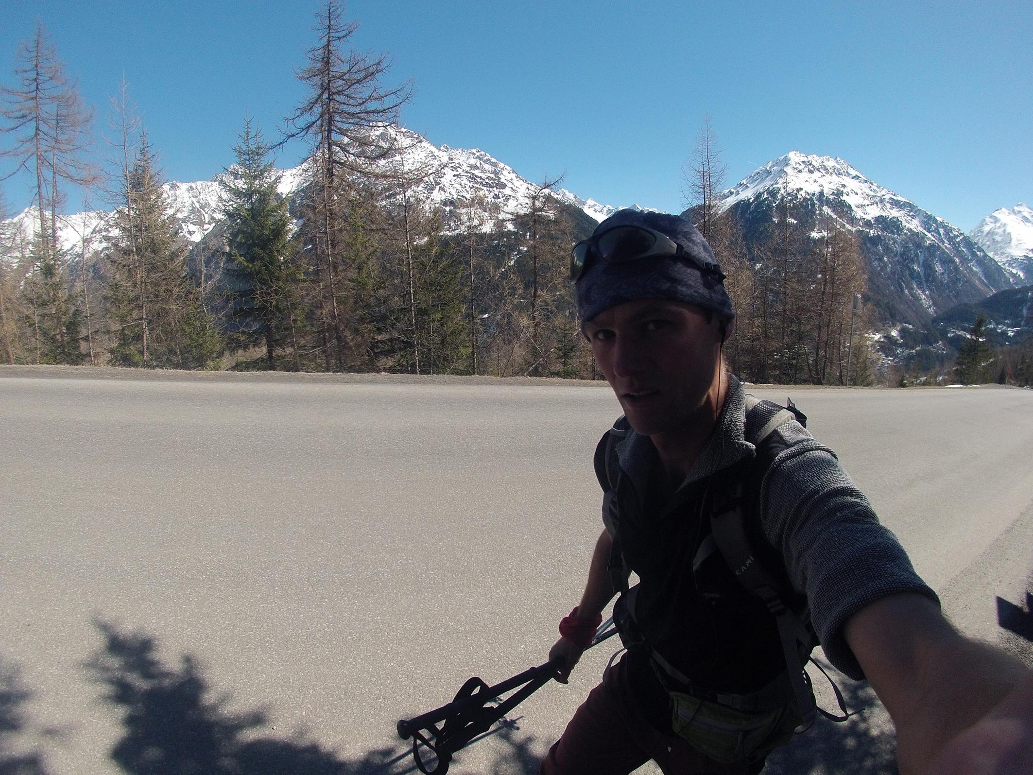 Bežím po asfaltke v Alpách na Hühnersteign (2.012 m)