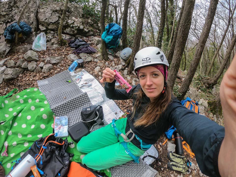 Raw tyčinky a lezecká oblasť Črni kal