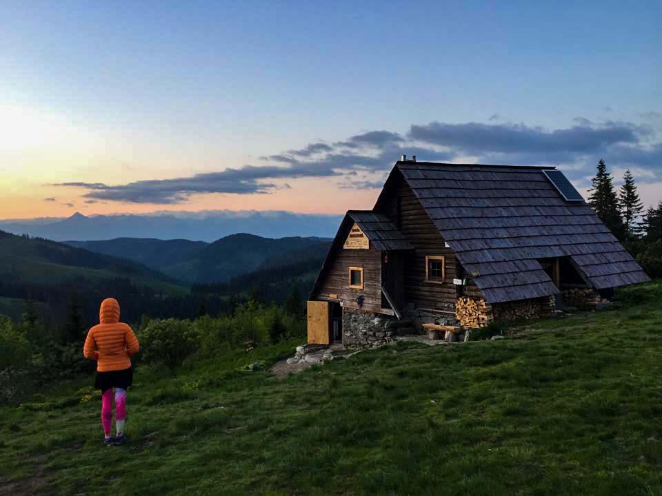 Hrebeňovka Nízkych Tatier Útulňa Andrejcovás výhľadom na Vysoké Tatry pri západe slnka