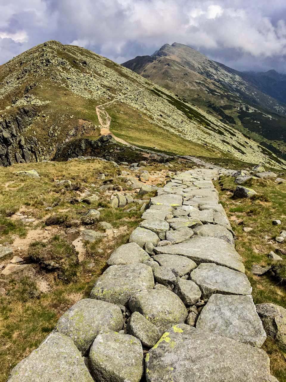 Hrebeňovka Nízkych Tatier Krásny chodníček, ktorý na jednej časti lemuje hrebeň