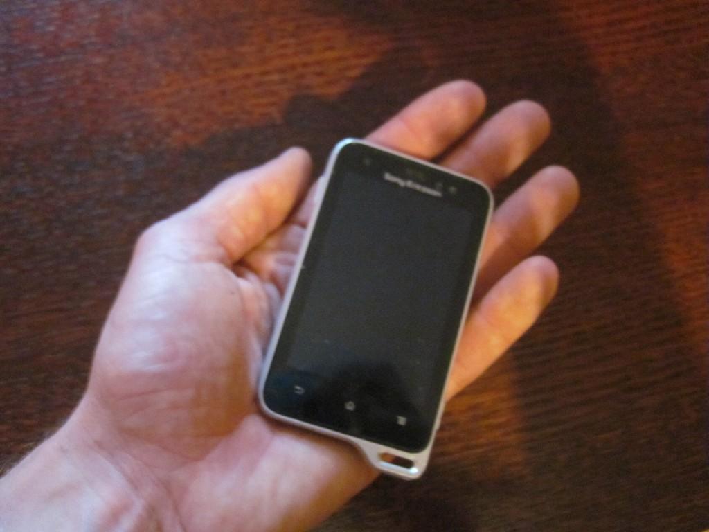 Sony Ericson Xperia Active v celku malý smartphone