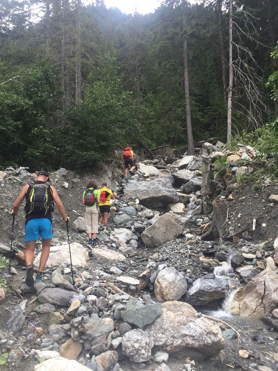Začiatok chodníka podmytý potokom Najvyšší vrch Kosova - Djeravica 2656 m.