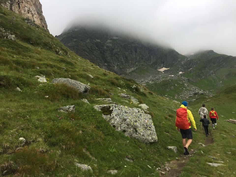 Domáci nám ukazuje cestu Najvyšší vrch Kosova - Djeravica 2656 m.