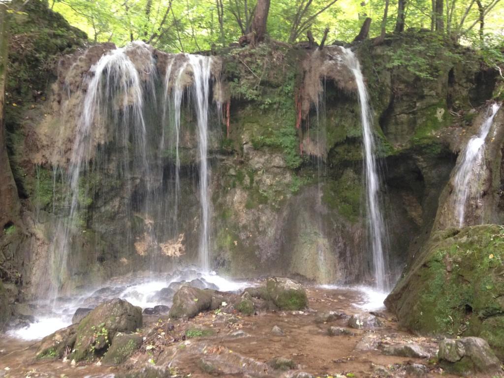 v závislosti od ročného obdobia a stavu vody sú vodopády plnšie, ale aj takmer suché...