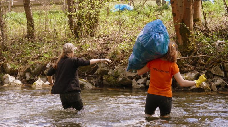 Zbieranie odpadkov v rieke rajčanka