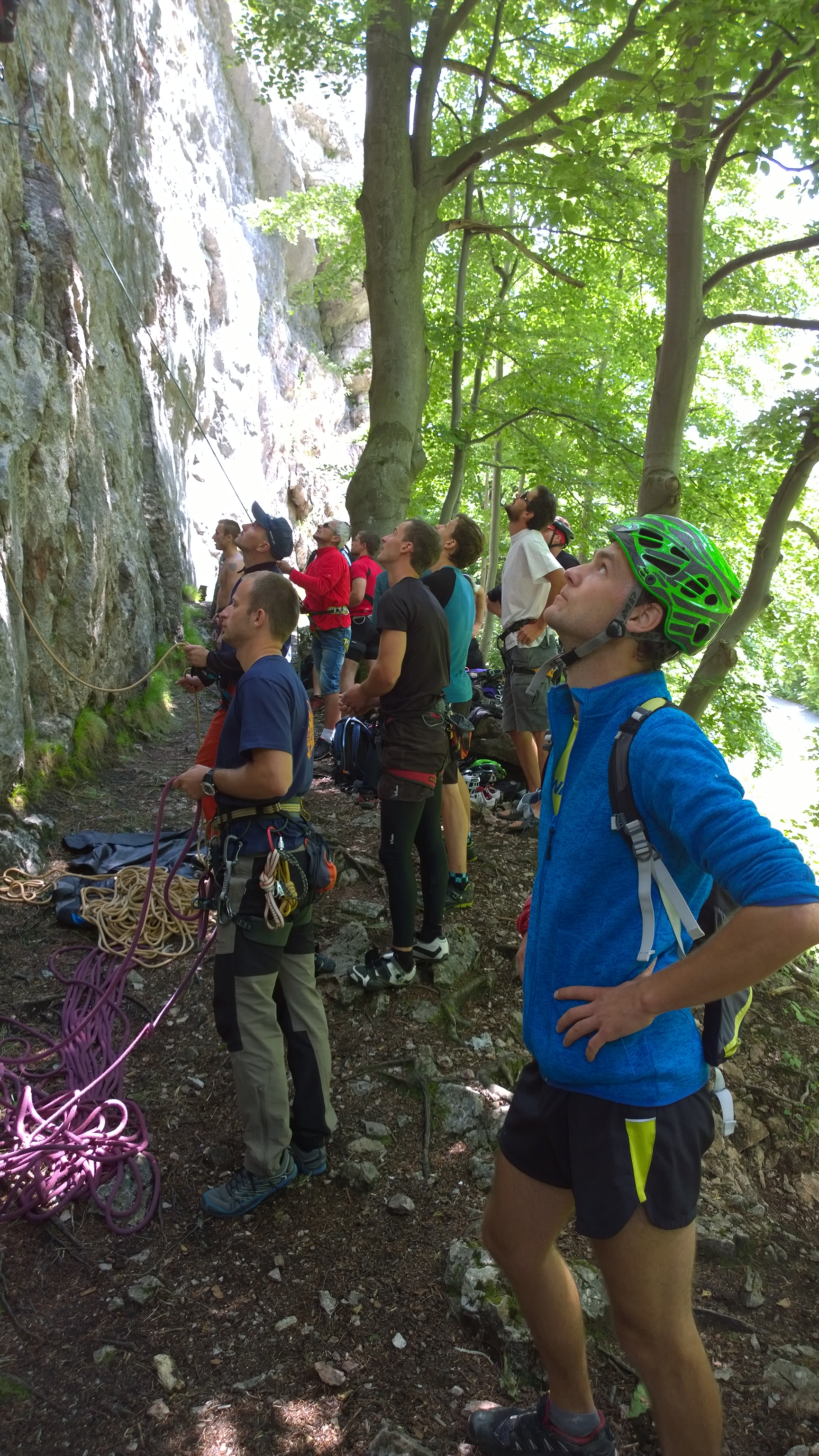 Uz sme pod skalami na horolezeckom triatlone v priedhori