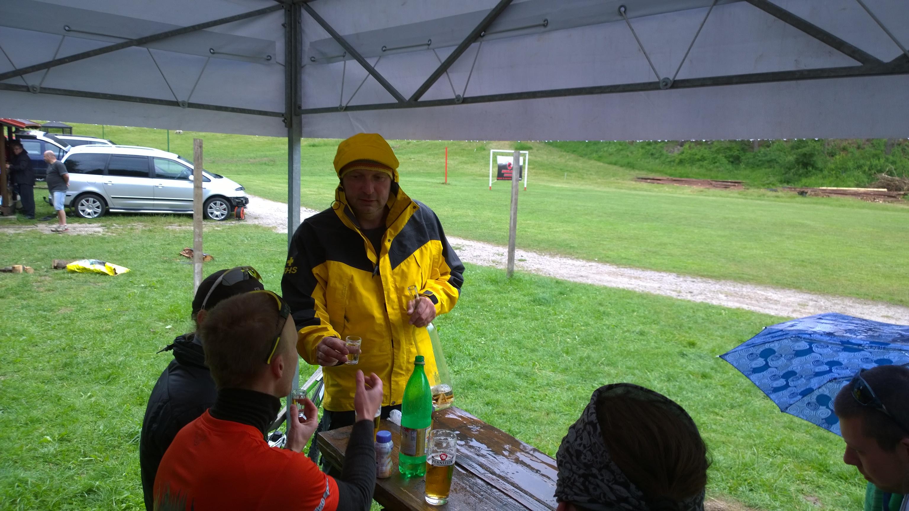 Tibor podava občerstvenie na horolezeckom triatlone
