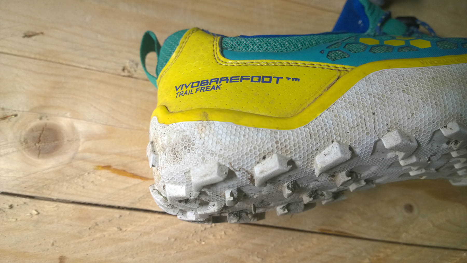Robustná, dobre chránená päta barefoot tenisiek Trail Freak