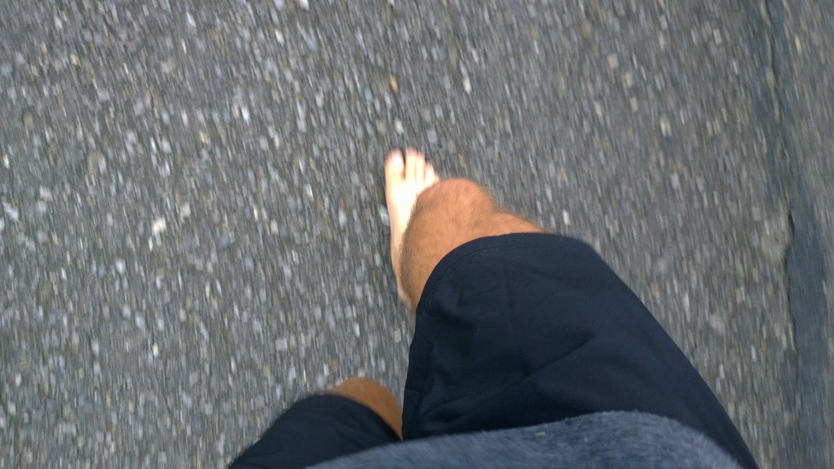 Už bežím bosý počas testovania Stingeru čo je bio energetický gel