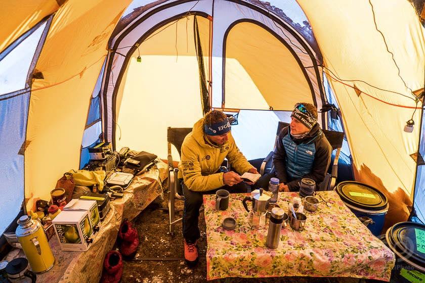 Expresky z hôr 11: Ueli a David v základnom tábore cetou na Shishapangmu, zdroj: Ueli Steck FB fanpage