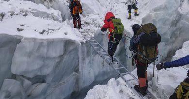 Xia Boyu prechádza s horolezcami cez trhlinu pomocou rebríku