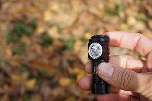 Čelovku Fenix HM50R je možné používať aj ako ručný lampáš