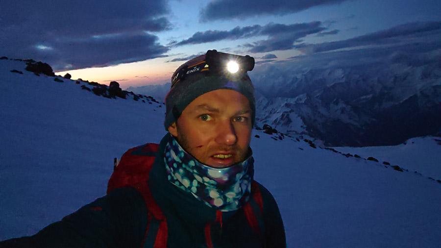 Čelovka Fenix odolava v mraze pod Elbrusom