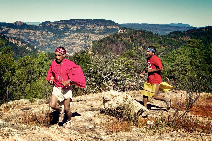 tarahumansky bezci bezia v lokalnych barefoot sandaloch
