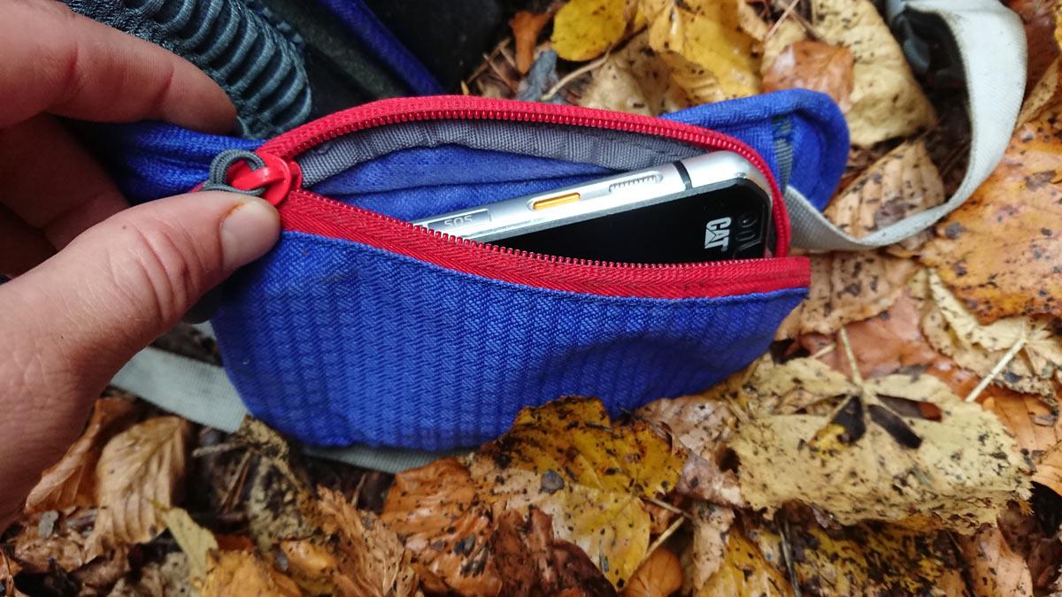 Bočné vrecko upevnené na bedrovom páse ruksaku Ferrino Triolet 32+5 s telefónom CAT S 60 vo vnútri