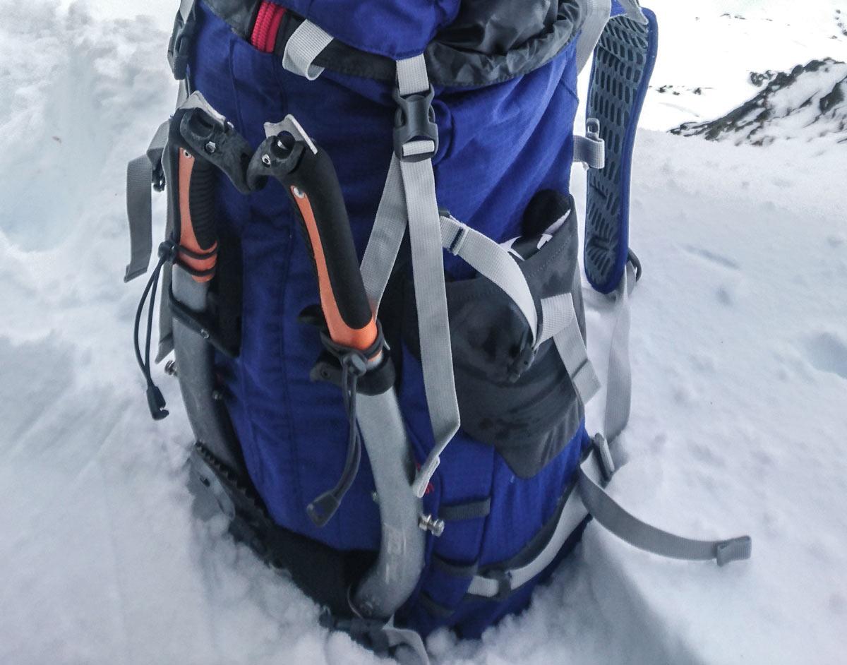 Horolezecký batoh Ferrino Triolet 32+5 vo Vysokých Tatrách na skialpinistickej túre s detailom prichytenia na cepíny / recenzia