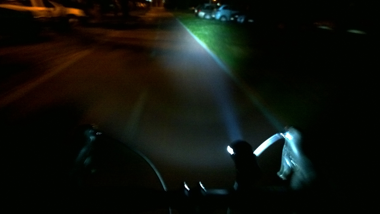 infini svetlo zapnuté počas nočnej jazdy