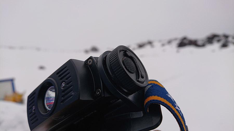 Čelovka Fenix HL60R disponuje jednoduchým ovládaním cez bočné pogumované tlačidlo/ recenzia
