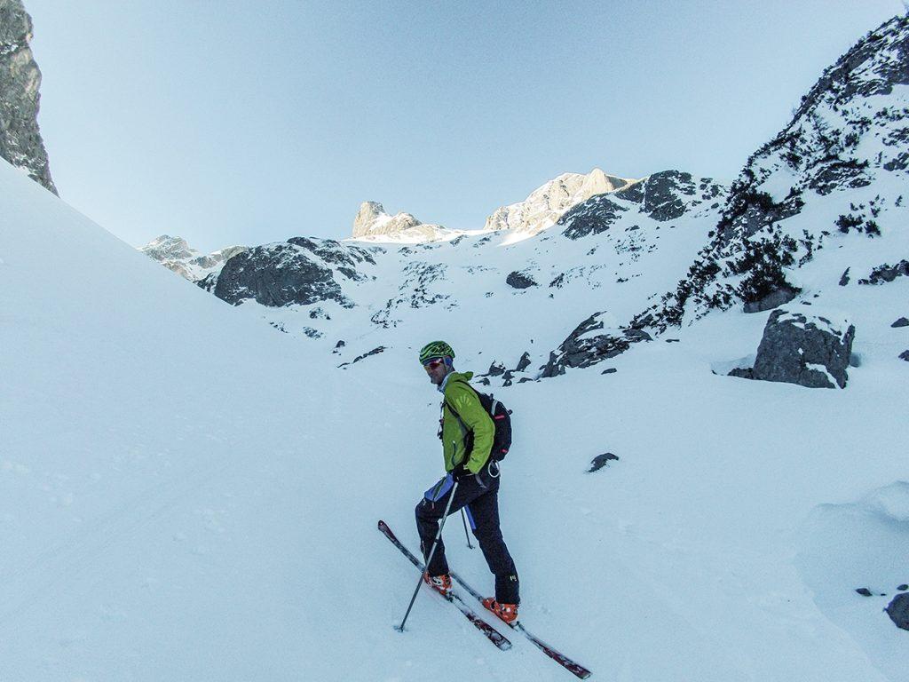 karpos schiara skialpové nohavice počas skitouringu v alpách