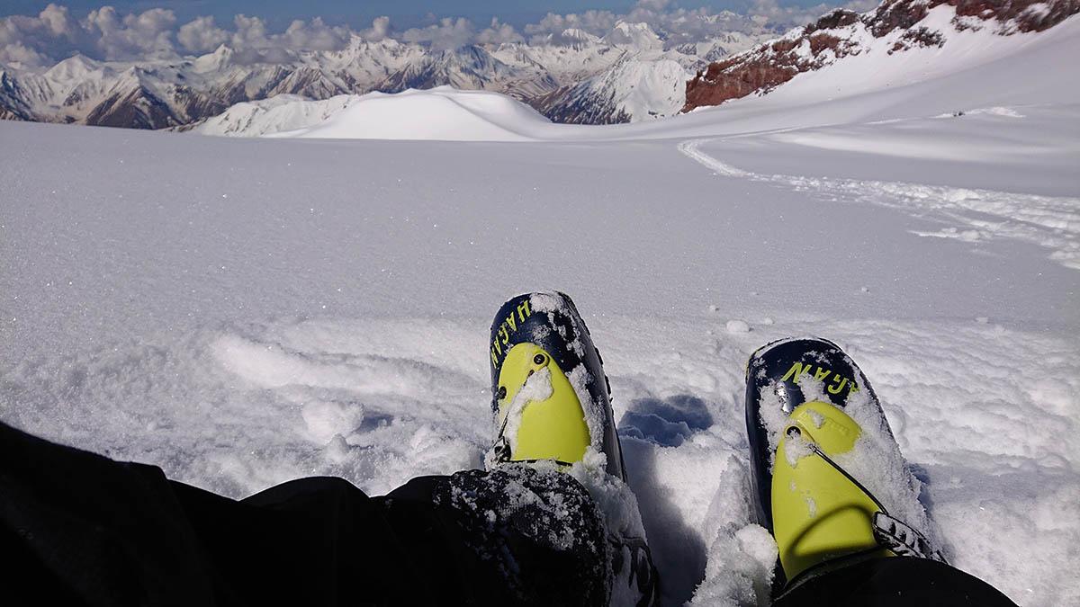 Pod vrcholom Kazbek, prebiehajúca aklimatizácia pre Elbrus. Na nohách mám lyžiarky Hagan ST core