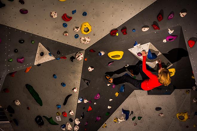 Sophie Arnold lezie v lezečkách laSportiva Python