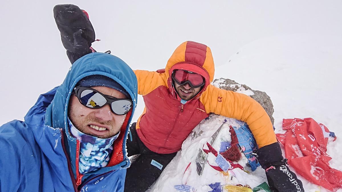 Vrchol Elbrusu 5642 m.n.m. kde som používal na výstupe a lyžovačke dole vestu Lifaloft