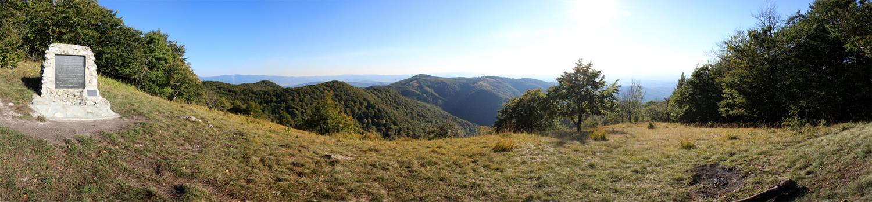 Panoráma na lúčke pod vrcholom Rokoša - pamätník Ľudovíta Štúra a Alexandra Dubčeka