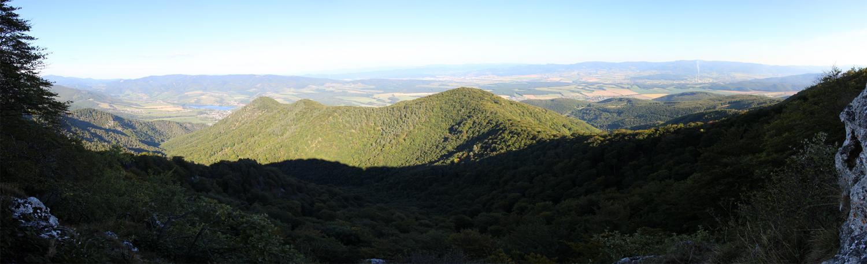 Panoráma s výhľadom na stranu od Prievidze - vidieť aj priehradu Nitrianske Rudno
