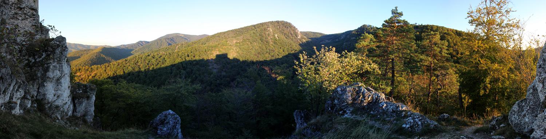 Panoráma od Uhrovského hradu smerom na Rokoš