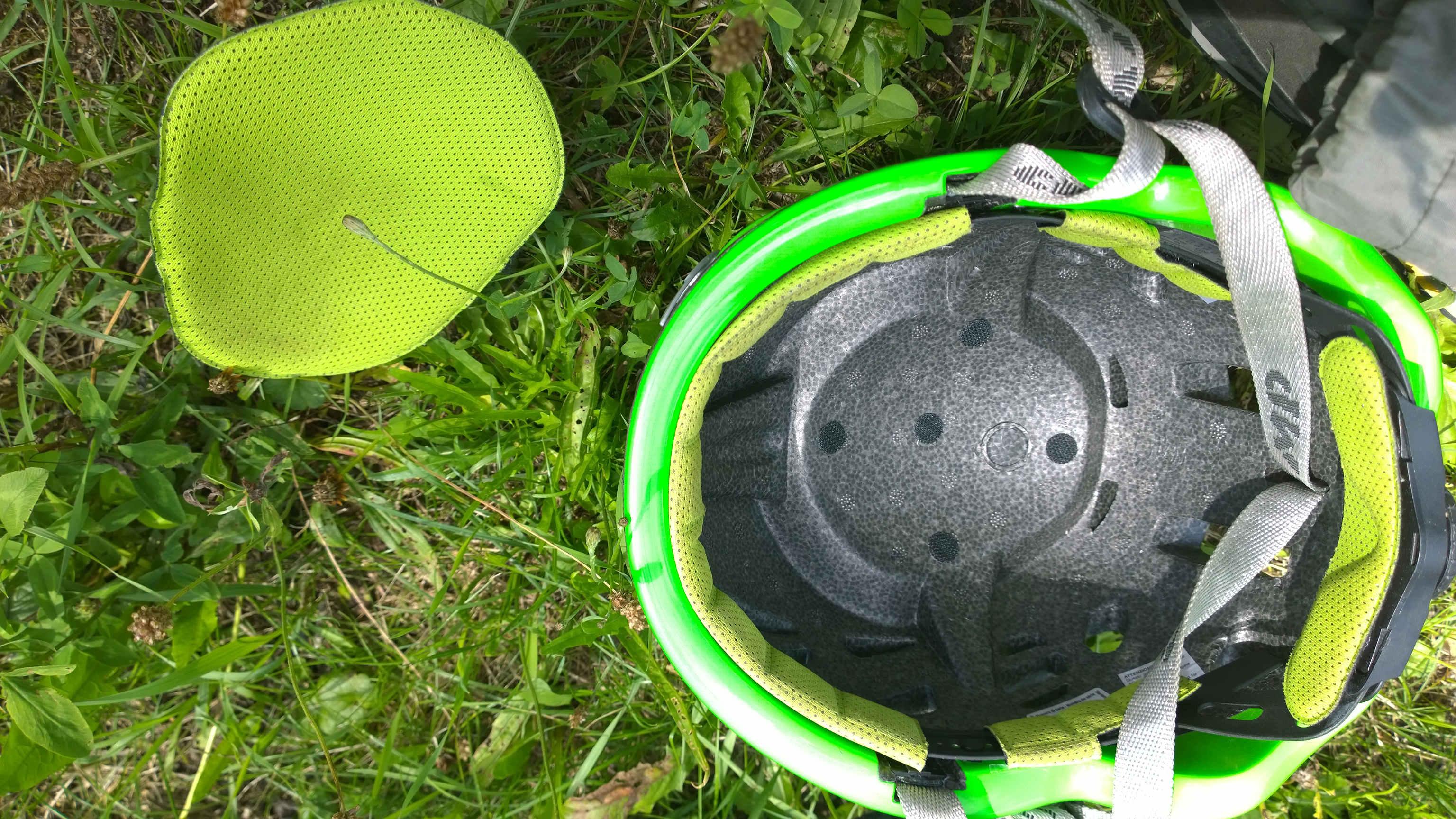 Prilba Camp speed a jej vyberateľná vystielka hlavy