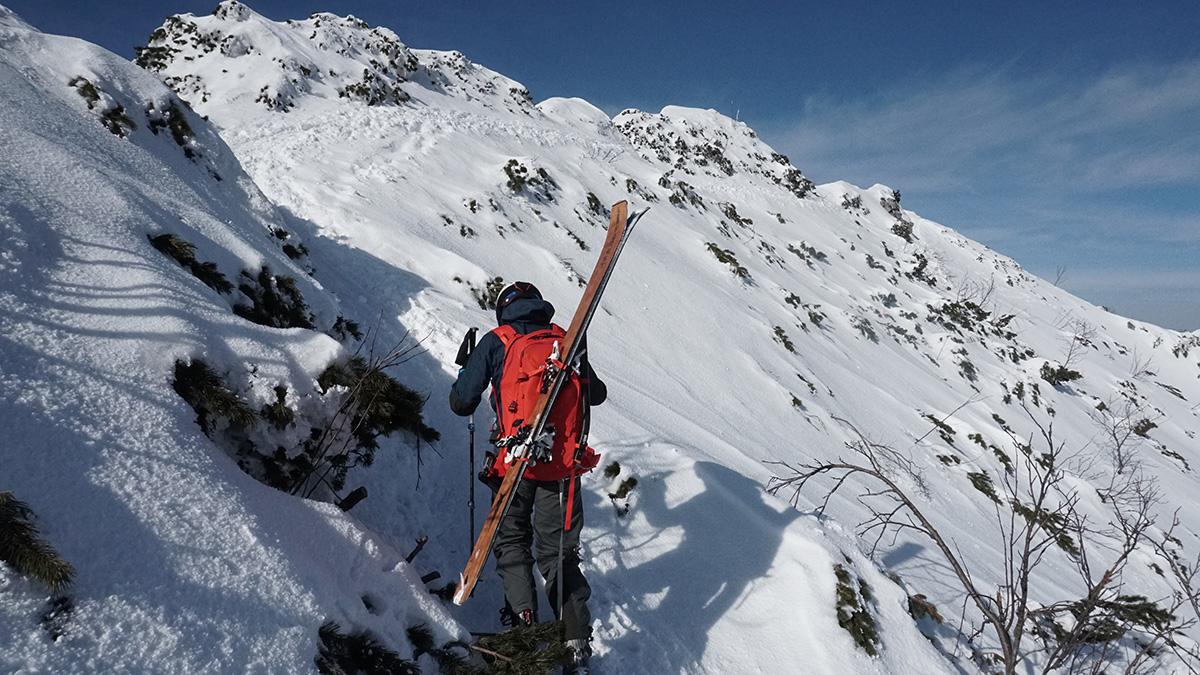 Malá Fatra na skialp lyžiach, hrebeňovka pred Bielymi skalami za Suchým vrchom