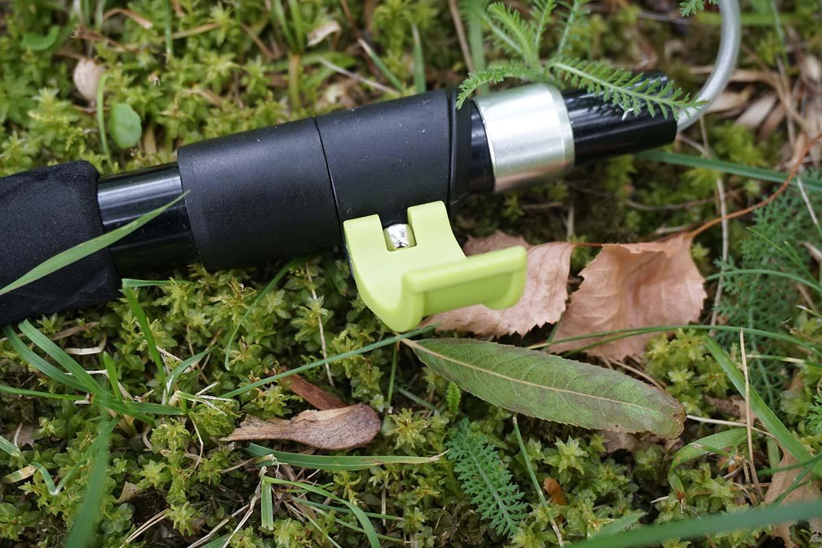 Odomknutý zobáčik na teleskopickýh paličkách umožnuje meniť výšku paličiek | Outdoor test