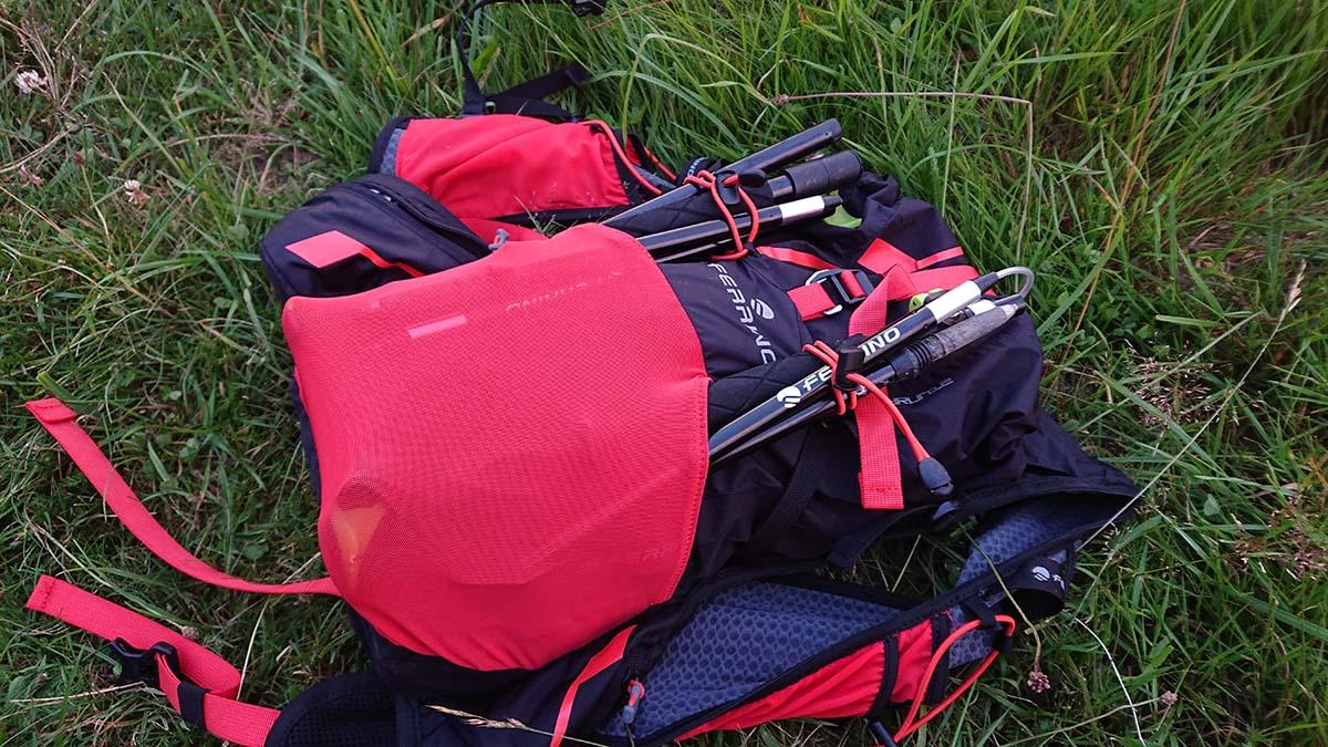 Teleskopické palice Ferrino Spantik v zložené v bežeckom ruksaku | Outdoor test