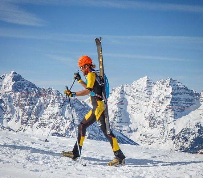Anton Krupicka odetý v La Sportiva užíva skialp v Aspene.