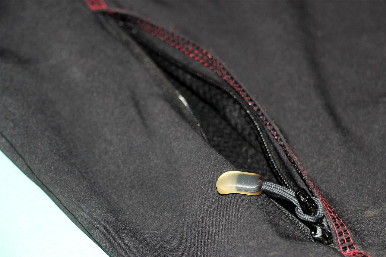 detail zipsu na vreckách