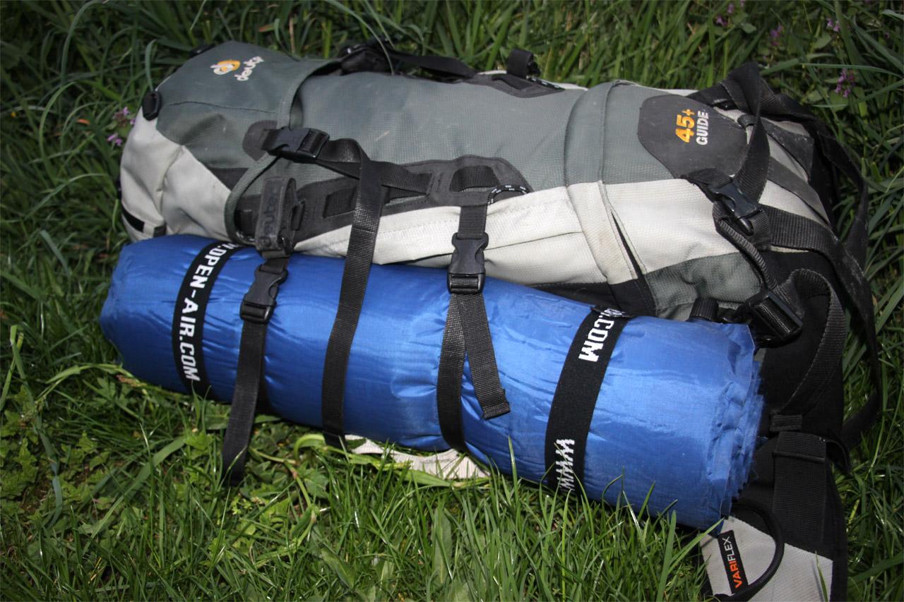 samonafukovacia karimatka Open air pripnutá na batohu Deuter