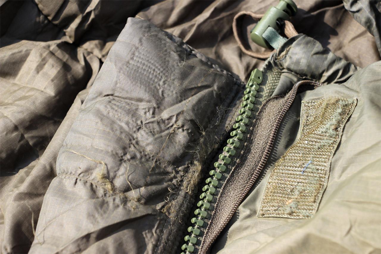 Carinthia Defence 4 - poškodenie od suchých zipsov