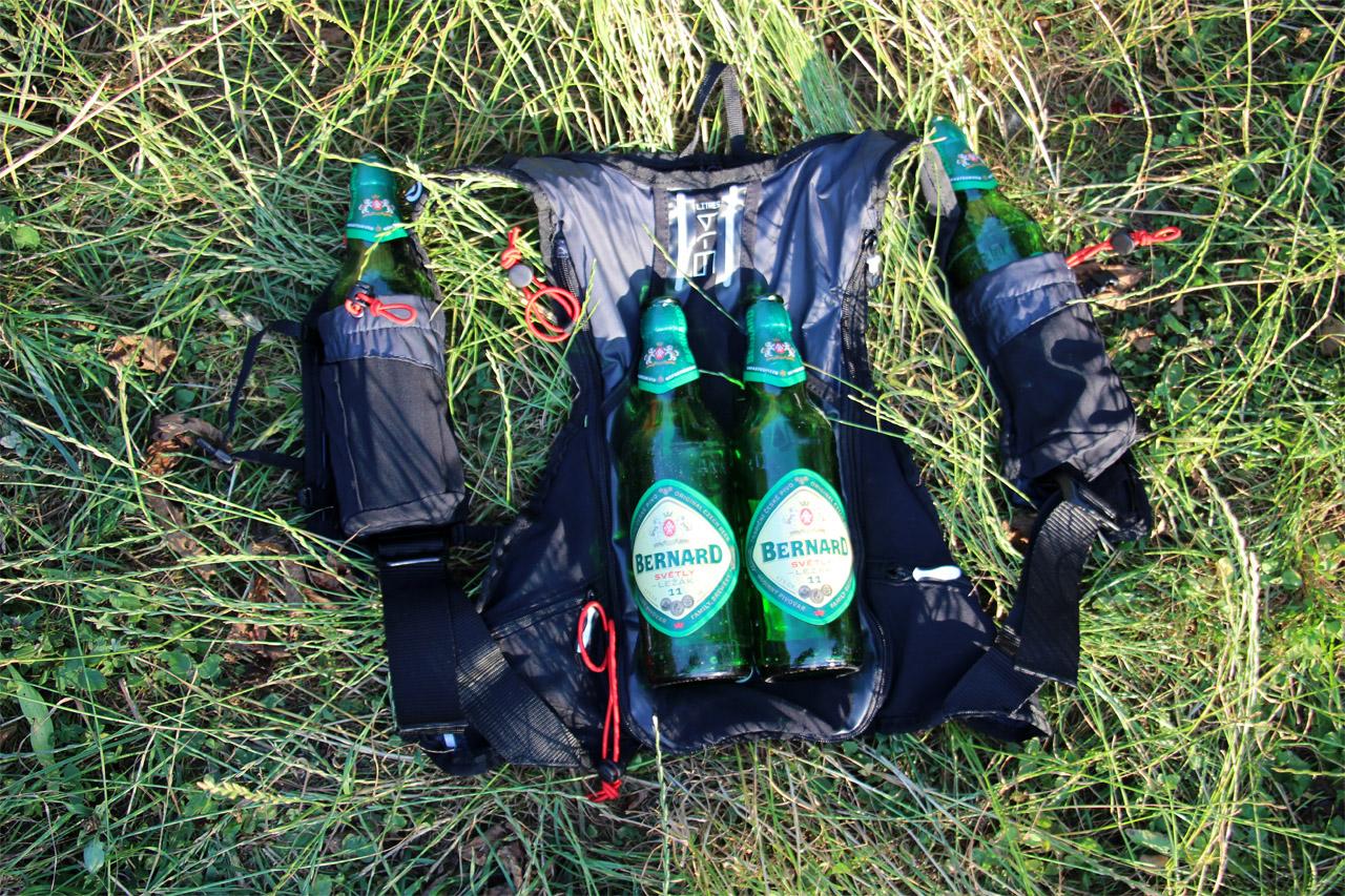 trailový batoh kalenji a píva čo sa zmestia do neho